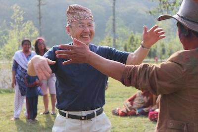 長年支援を続けるネパールの人の歓迎を受ける倉光誠一さん