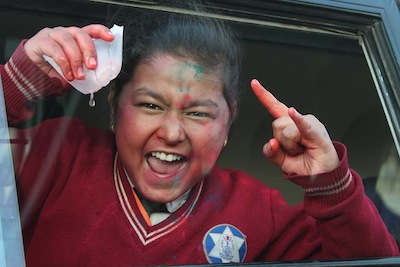 「ぶつけちゃうぞー!!」って顔の学校帰りの女の子。