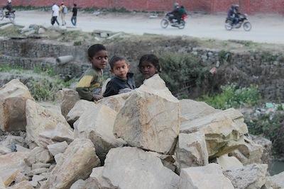 都市開発が進む道路の脇で遊ぶ子供たち。このあと撮影の対価として1ドル札を要求される。